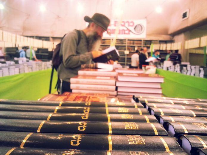 מכירת ספרים במוסד הרב קוק